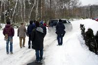 会場付近の凍結路に、プレスのクルマは悪戦苦闘。