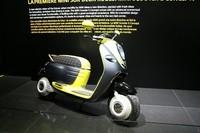 「MINIスクーターEコンセプト」。丸いヘッドランプに、カウルの開口部を囲むグリル状のクロームモールなど、四輪のMINIから拝借したデザインモチーフを見つけることができる。