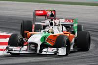 今年、たびたび上位に食い込む活躍をみせるフォースインディア。ここマレーシアでは、エイドリアン・スーティル(写真手前)が、同じメルセデスエンジンを積むマクラーレンのルイス・ハミルトンを抑え切り、5位入賞を果たした。(写真=Force India)