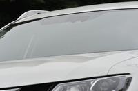 今回のテスト車は、安全装備「エマージェンシーブレーキ パッケージ」を搭載。フロントウィンドウ内側のカメラ(写真)を使って、衝突の回避や被害の軽減、車線逸脱の防止を図る。進入禁止標識の検知も可能。