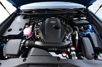 2リッター直4直噴ターボ「8AR-FTS」エンジン。「クラウン」のガソリンエンジン車の中では最も優れる13.4km/リッター(JC08モード)の燃費を記録する。
