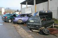 一時期、ボクが住む街の解体工場外にはクルマが複数放置されていて、勝手に部品を取っていったと思われる形跡がみられたものだ。2005年撮影。