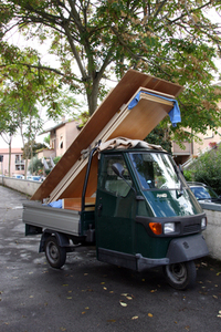 三輪トラック「アペ」でやってきて、家具を持ち込んだり、購入したりするお客さんも。