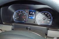 メーターパネルの中央には、瞬間燃費、平均燃費、後続可能距離などを表示する車両情報ディスプレイが備わる。また、オプションで設定されるバックビューモニターにもなる。写真は「プレミアムGX」に装備されるカラーディスプレイ。