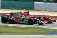 序盤の激しい2位争い。先行するハミルトン(手前)にマッサ(奥)が度々襲いかかったが、GPたった2戦目のルーキー、ハミルトンはまったく動じず。マッサのコースアウトで決着がついた。(写真=Mercedes Benz)
