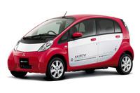 三菱が2009年7月に発売した量産車初の電気自動車「i-MiEV」。同社はその後、商用EV「ミニキャブ・ミーブ」(2011年12月)も発売し、2012年中には同社初のプラグインハイブリッド車となる「アウトランダーPHV」の市販を予定している。