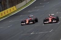 2ストップを選んだフェラーリのライコネン(右)だったが、最後にフレッシュなタイヤを履くチームメイトのアロンソ(左)に抜かれてしまった。アロンソ6位、ライコネン7位。(Photo=Ferrari)