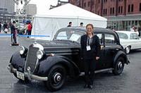 旧き良きメルセデス、「170S」(1953年)とともに。オーナーの方は、普段の足として今でも使っているというから驚き。このほか、ガルウィングをもつ「300SL」など、十数台のクラシック・メルセデスが飾られた。
