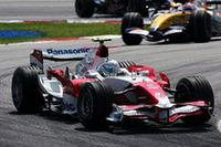 予選Q3に進出できるポテンシャルは持っているトヨタ。トゥルーリ(写真)は8番グリッド、ラルフ・シューマッハーは9番グリッドだったが、スタートに失敗。トゥルーリは終始フィジケラの後を追いかけ7位でゴール、ポイントを獲得した。シューマッハーはタイヤの空気圧が下がるというトラブルに見舞われ、1周遅れの15位でレースを終えた。(写真=Toyota)