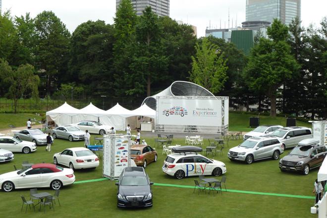 イベントの中心となる、東京ミッドタウンの芝生広場。メルセデス・ベンツのラインナップ展示のほか、歴史・技術紹介ブース、子供向け縁日屋台などのアトラクションブースなども用意される。