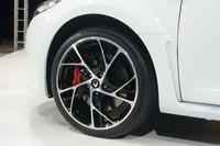 日本仕様車は、黒い18インチアロイホイールが標準。写真の19インチは12万円のオプションとなる。