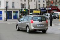 パリ13区で。「プジョー5008」のタクシー。