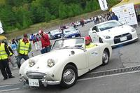 小諸市でのパレードに向かう車列。「日産GT-R」や「トヨタ86」を従える「オースチン・ヒーレー・スプライト」の貫録に脱帽。