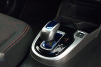 """新型「フィットハイブリッド」には、量産型ホンダ車として初となる""""シフト・バイ・ワイヤ""""が採用されている。"""