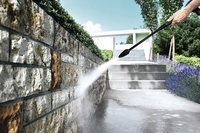 表面に凹凸が多い石塀の表面は洗うのが難しくコケが生えてしまうこともあるが高圧噴射なら問題ない。