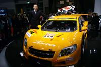 「カローラアクシオ apr GT」と、レーシングチームaprの金曽裕人監督。