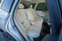後席は60:40の分割可倒式。ヘッドレストは、ドライバーの後方視界を確保すべく前方に折りたたむことができる。