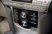 センターコンソールには、悪路の走破性を高める「マルチテレインセレクト」や「クロールコントロール」などのスイッチ類が並ぶ。