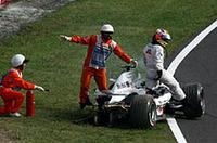 オープニングラップ、中段を走るジャック・ヴィルヌーヴは、ファン・パブロ・モントーヤを最終コーナーで追いやり、マクラーレンをクラッシュ、リタイアに追い込んだ。レース後、ヴィヌルーヴの非を認めたレーススチュワードは、元チャンピオンに25秒加算のペナルティを与え、ヴィルヌーヴは11位から12位へ降格。コンストラクターズタイトルを争うマクラーレンにとっては、手痛い結果となった。(写真=KLM Photographics J)