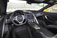 「Z06」のインテリアには、標準車とは異なる専用のカラースキームが用意されるほか、フラットボトムタイプのステアリングホイールが装備される。