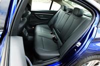 後席の様子。中央席の背もたれは、左右席用のアームレストとして使える。長尺物を積載するためのトランクスルー機構も備わる。