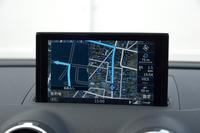"""ダッシュボード中央から""""生える""""カーナビゲーションシステム。新開発された""""インフォテインメントシステム""""「Audi connect」の働きにより、Google EarthやGoogleストリートビューのイメージを表示することができる。画面のサイズは7インチ。"""