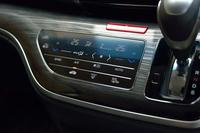 """エアコンのスイッチは、スマートフォンなどを思わせる""""タッチパネル式""""が採用されている。"""