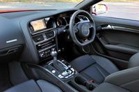 登場から2年を経て、2012年8月に新デザインで発売された「RS 5」。インテリアでは、操作ボタンの形状および配列、ボトムがフラットなタイプの3本スポークのステアリングホイールが新しい。