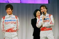 挨拶に立つ小林可夢偉(写真左)とティモ・グロック。可夢偉は下位カテゴリーのGP2アジアシリーズにも参戦中で、目下ポイントランキングのトップ。