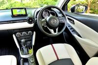 「XDツーリング Lパッケージ」の室内。運転席まわりはドライバーが運転に集中できるようにデザインされている。ステアリングにはチルトだけでなくテレスコピック調整機能も備わっている。