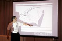 教習所で習ったときの内容を覚えていますか? プロジェクターを用いてベストなドライビング・ポジションの取り方を教わる。