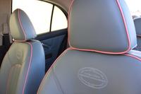 専用の刺しゅうが施されたシート。表皮の色はグレーまたはアイボリーが選べる。