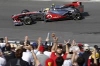 厄介者のソフトタイヤを真っ先に片付けるというマクラーレンの作戦が奏功した。ハミルトン(写真)はポールポジションから早々にタイヤをソフトからハードにスイッチ。その後コース上でアロンソを抜くなどアグレッシブな走りで2連勝し、チャンピオンシップでもトップに躍り出た。(写真=McLaren)