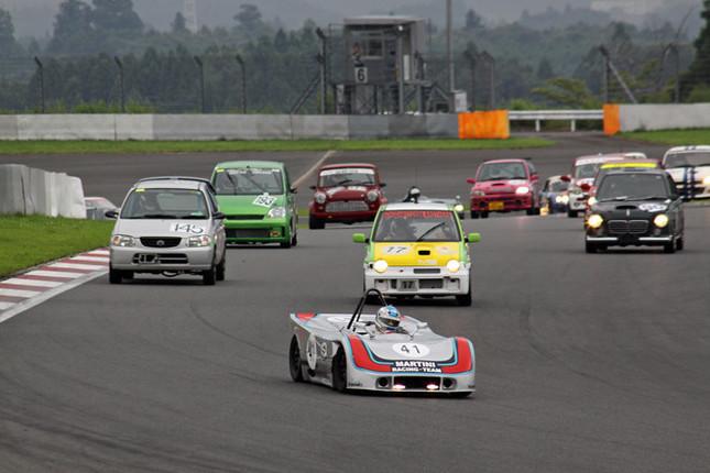 レースがそろそろ中盤を迎えた頃のヘアピン手前。すでにリタイヤした車両はいるものの、それにしたところでコース上にはまだ100台以上が残っているわけで、ご覧のような状態とあいなった。
