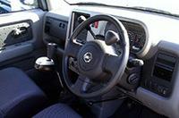 「オーテック・ドライブギア・タイプe」を装着した「キューブ」。片手で運転しやすいよう、ステアリングホイールの右上には、オムスビ型の脱着式「ステアリングノブ」が付く。