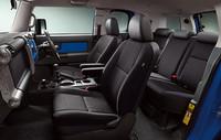 シート表皮は、はっ水・防水ファブリックを採用。後席は6:4分割可倒式で座面を上げてシートを倒すダブルフォールディング機構が備わる。