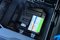 助手席の真下に置かれるリチウムイオンバッテリー。減速時に得られた電力を蓄え、必要時には電装品に用いることで、燃費の向上が図られている。