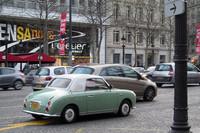 パリ・シャンゼリゼ通りで見つけた英国ナンバーの「日産フィガロ」。