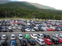 こちらは一般駐車場の様子。いろいろなモデルがごちゃまぜになっていて、これはこれで楽しい。来場者数は過去最大の1万800人、4200台を記録した。