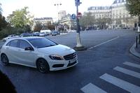 パリ・ダンフェール・ロシュロー駅付近で。「メルセデス・ベンツAクラス」が角を曲がる。順法精神に富んだドライバーか、それとも新車期だけのいたわりか。