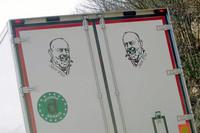 写真1:ピオ神父のデカールを2つも貼ったトラック。