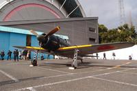 """観客の前に姿を現わしたゼロ戦。この機体は61-120号機で、日ごろはアメリカ・カリフォルニア州で展示されている。今回、特別展示のため17年ぶりに""""里帰り""""した。"""