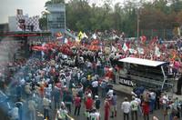 """イタリアGPはさしずめ""""シューマッハ教""""""""フェラーリ教""""の集会ですな。とにもかくにも異様な熱狂ぶり。イタリア人がうらやましい、って俺たちも負けないぜ〜!"""