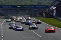 GT300クラスのスタートシーン。予選トップのNo.55 ARTA BMW M6 GT3(写真右)は健闘を見せるも、勝利ならず。
