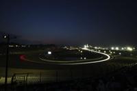 日が沈み、メインストレート、1-2コーナーからS字へとコース上に光の帯が疾走する。真夏の耐久レースPokka GT サマースペシャルならではの光景。