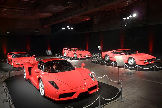 """「ラ フェラーリ」の展示会場に並べられた、歴代の""""スペチアーレ""""。写真手前から時計回りに、「エンツォ・フェラーリ」「F50」「F40」「288GTO」。"""