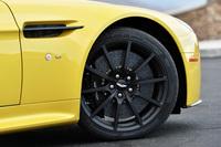 タイヤサイズは前が255/35ZR19、後ろが295/30ZR19。ピレリPゼロ コルサを装着している。