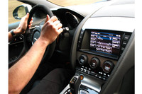 シフトパドルとエンジンスタートボタンが渋いマットゴールドなのが新しい。
