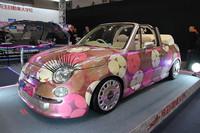 究極のカワイイ仕様(?)とでもいうべき、埼玉自動車大学校の「SIAT500×SAVOY」。2代目「マーチ カブリオレ」をベースに顔つきを「フィアット500」風に変え、内外装はバッグブランド「サボイ」とのコラボレーションで、バッグの柄をモチーフに仕上げている。