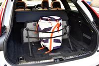 グローサリーバッグ・ホルダーには、脱着可能なゴム製のストラップが2本付き、立体的な荷物もしっかりと固定することができる。